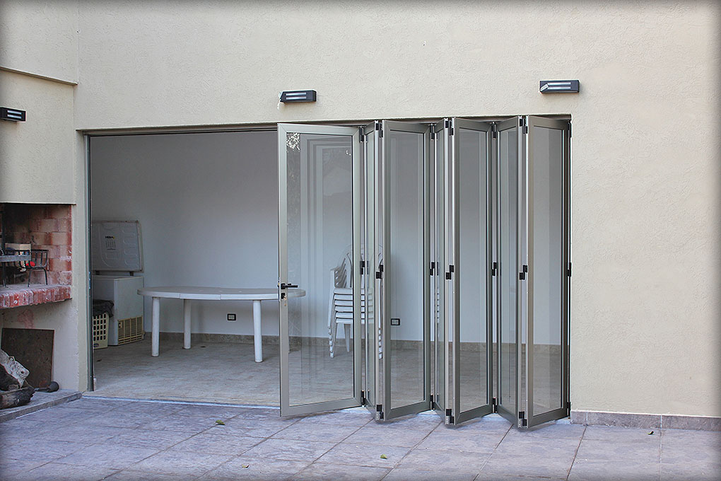 Puertas plegadizas batlo carpinteria de aluminio for Hojas plegables