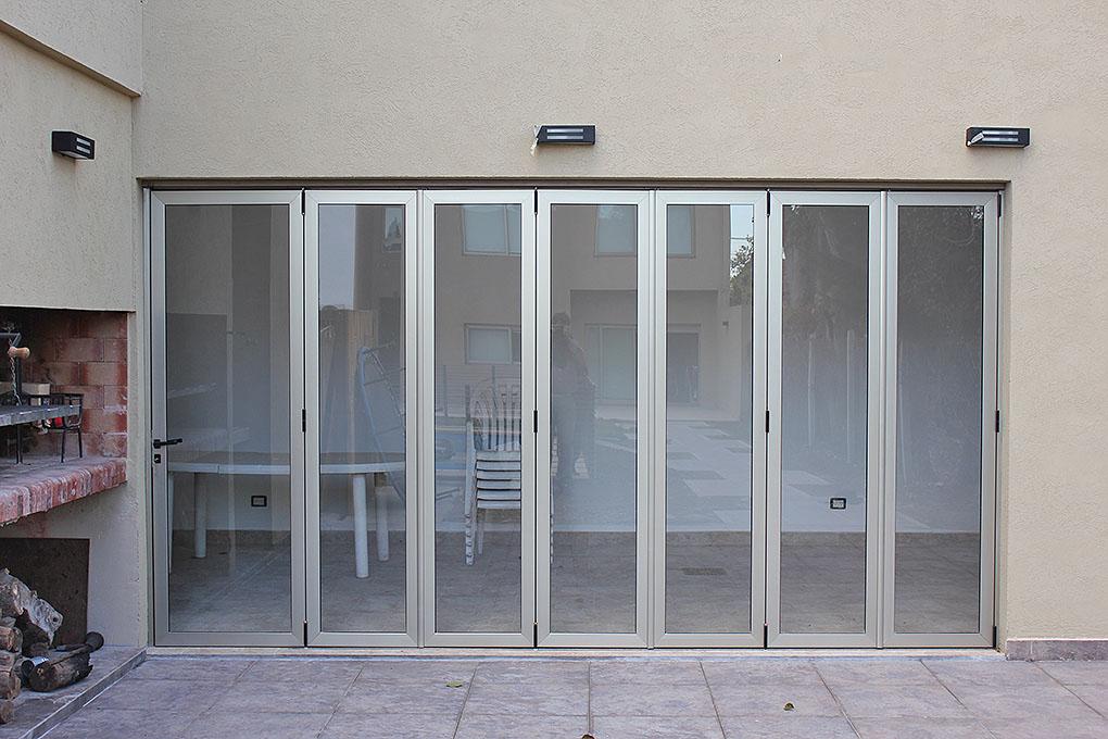 Puertas plegadizas batlo carpinteria de aluminio for Cerramientos en aluminio y vidrio